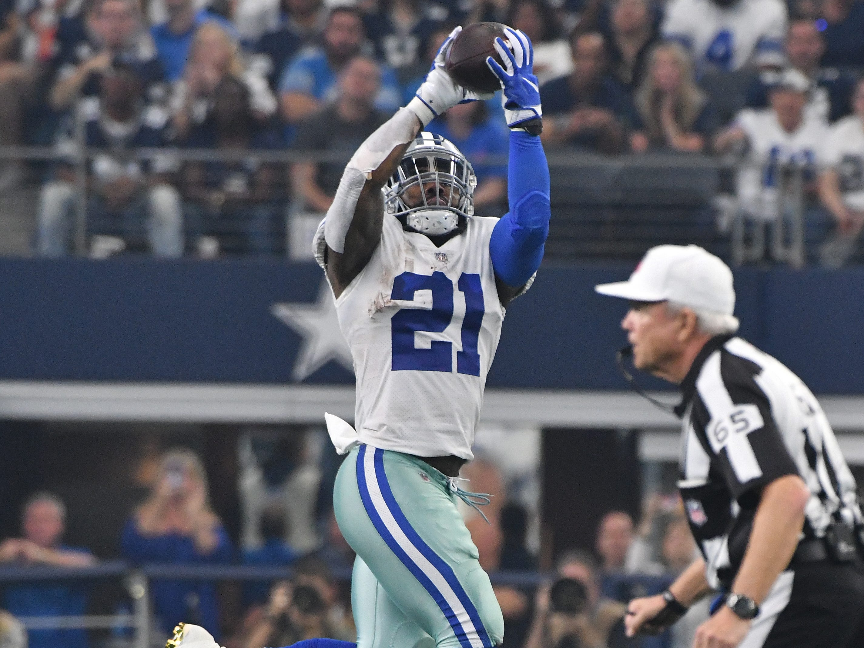 Cowboys' Ezekiel Elliott pulls in a reception and takes all the way into the end zone for the first Dallas touchdown of the day in the second quarter.