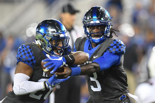 Benny Snell takes the handoff from Terry Wilson. The offense should try to lean on Snell against Vanderbilt.