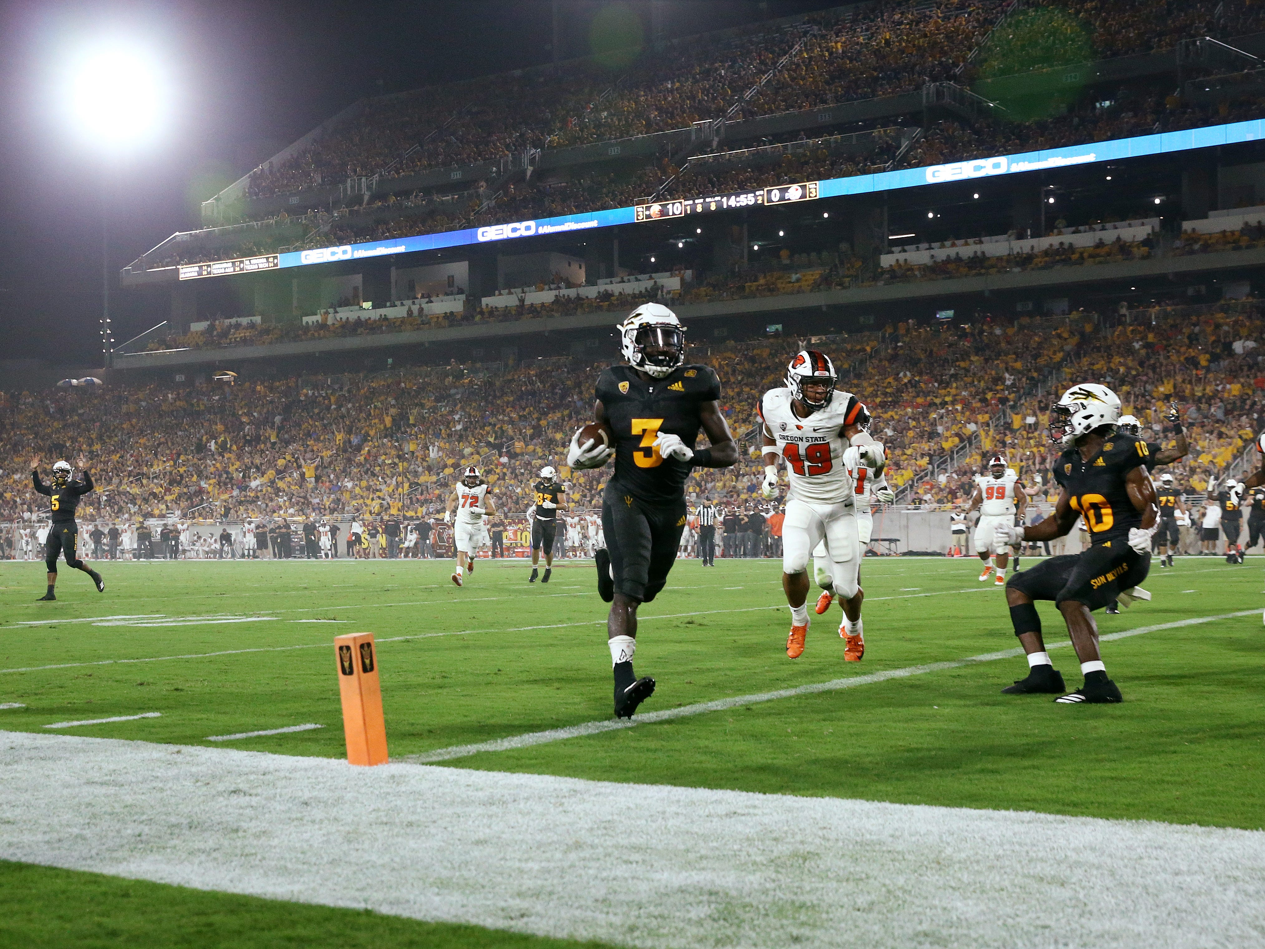 Arizona State running back Eno Benjamin scores a touchdown against Oregon State in the first half on Sep. 29, 2018, at Sun Devil Stadium.