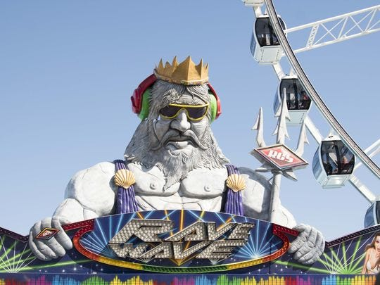 La multitud disfruta de paseos y otras actividades divertidas en la Feria Estatal de Arizona el 12 de octubre de 2017.
