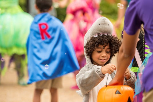 Halloween Sesame Place Kid Trick Or Treating Dsc 5042