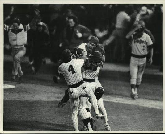 1982 Press Photo Milwaukee Brewers Ted Simmons Other Players Win Over Angels