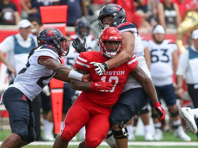 Houston Cougars defensive tackle Ed Oliver (10) is a popular pick for the Arizona Cardinals at No. 1 in the NFL draft in 2019 NFL mock drafts.