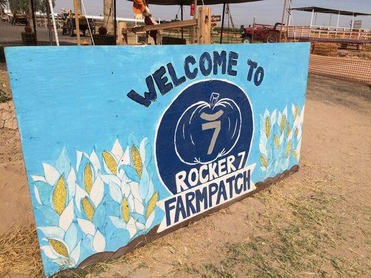 Una señal fuera de Rocker 7 Farm Patch.