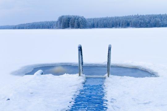 Los finlandeses a menudo disfrutan de un chapuzón en un agujero de hielo, como este fuera de Kuhmo, Finlandia.