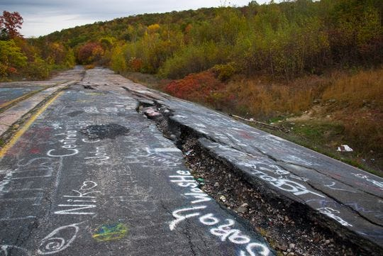 Centralia es una ciudad fantasma en el condado de Columbia, Penn. Su población se redujo de más de 1,000 residentes a unos pocos hoy en día como resultado de un incendio en una mina que ardía debajo del distrito desde 1962.