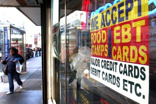 Una establecimiento comercial muestra un letrero en el que se indica que aceptan vales de despensa del gobierno federal.