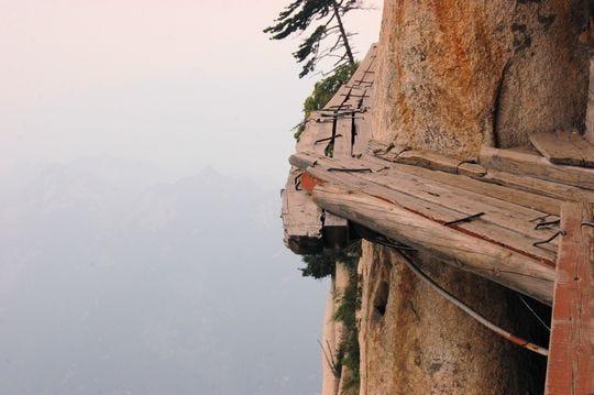 Pasarelas peligrosas conducen a la cima del Monte Hua Shan en la provincia de Shaanxi cerca de Xi'an, China.