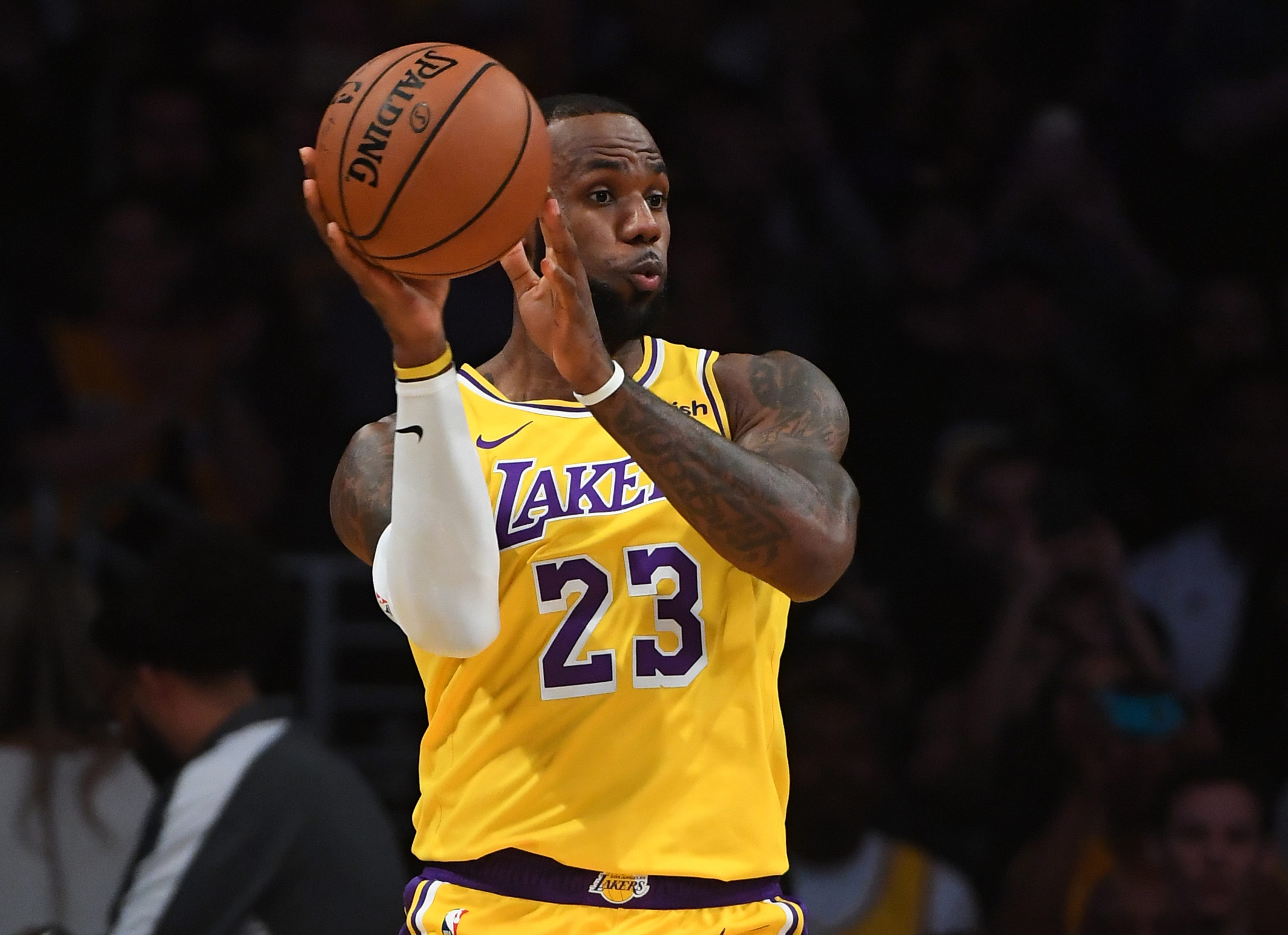 LeBron James: Sellout crowd welcomes Laker home in debut at Staples