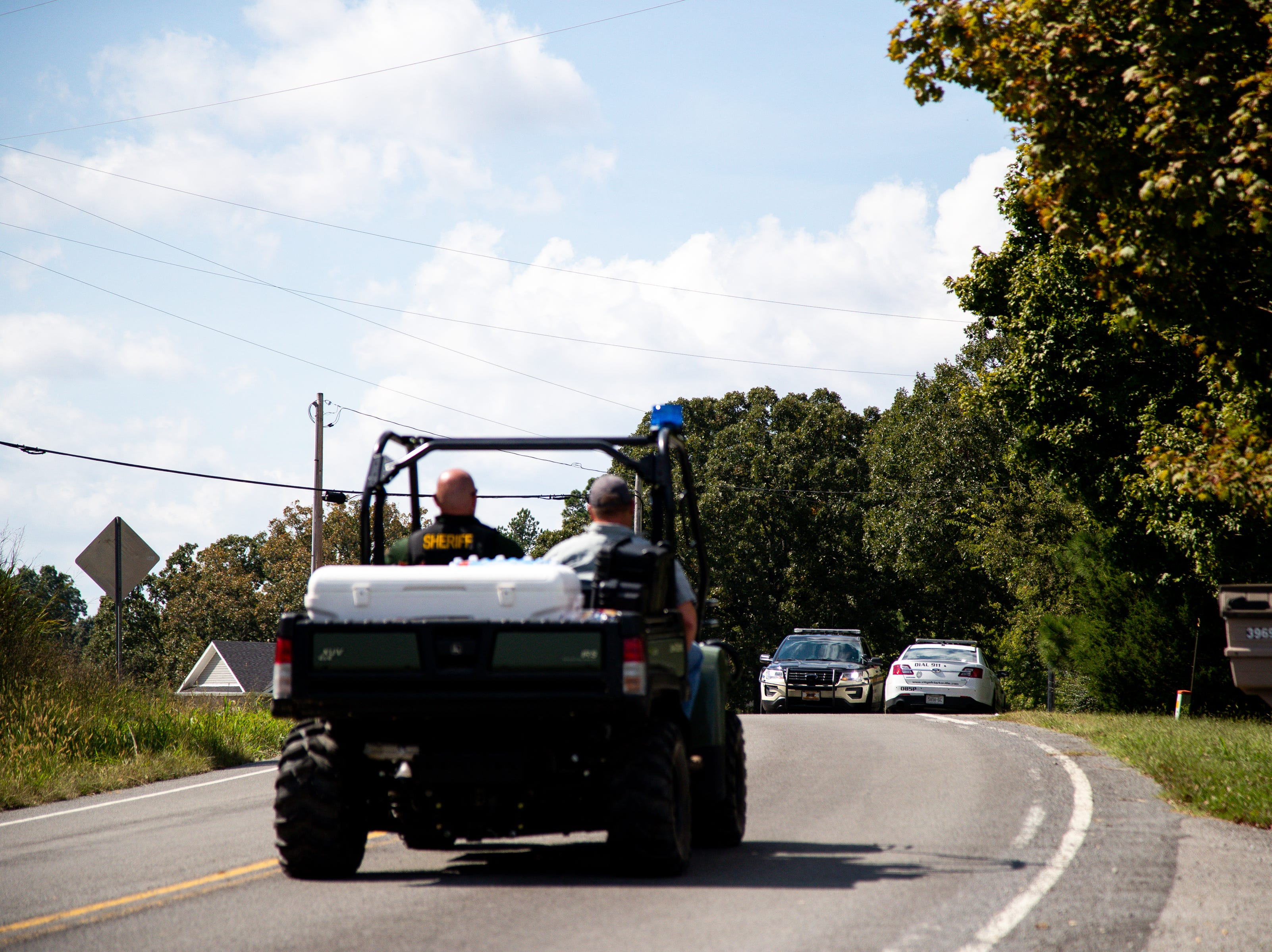 Officers approach the checkpoint off of Poplar Springs Road during the manhunt of Kirby Wallace Thursday, Oct. 4, 2018, in Indian Mound, Tenn.