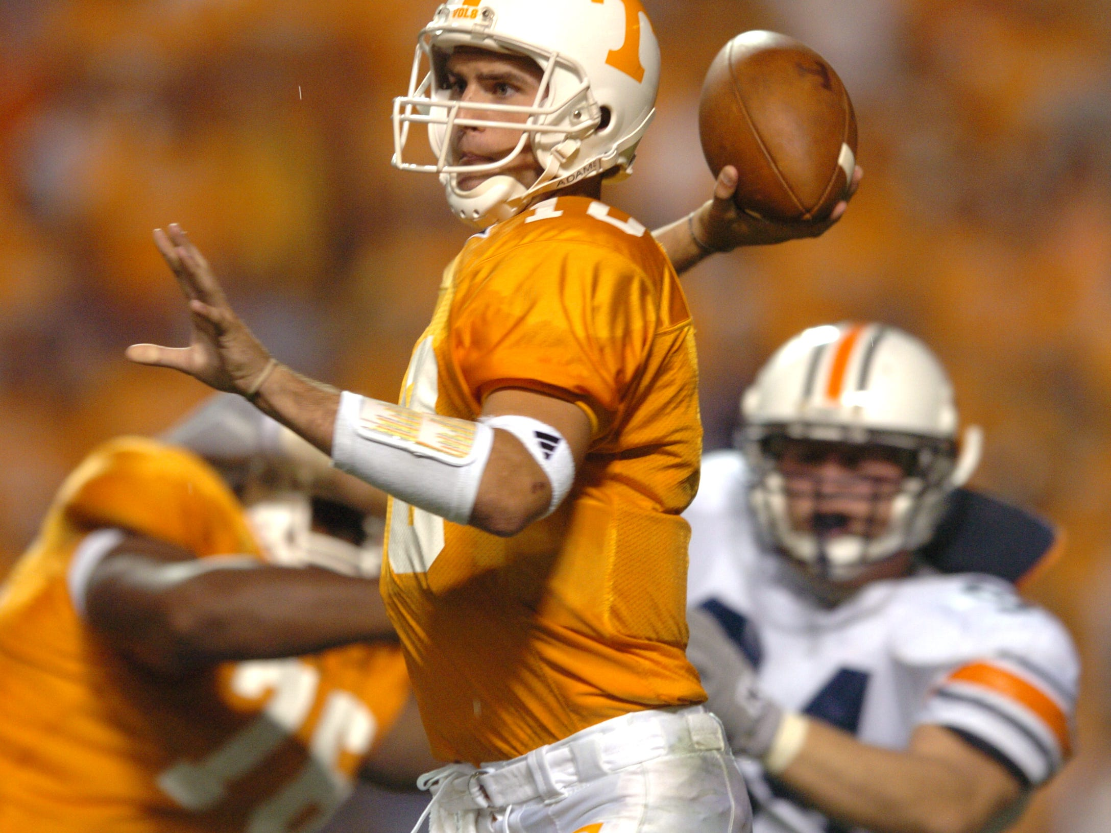 UT quarterback Erik Ainge looks for a receiver while playing against Auburn in 2004