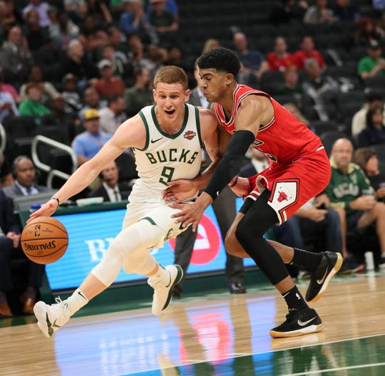 e93f5bcaf10 Bucks first-round pick Donte DiVincenzo drives against the Bulls' Chandler  Hutchison.