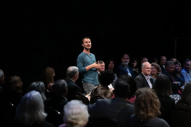 """Actor David Lee Nelson speaks to the audience in Alabama Shakespeare Festival's production of """"Every Brilliant Thing."""""""