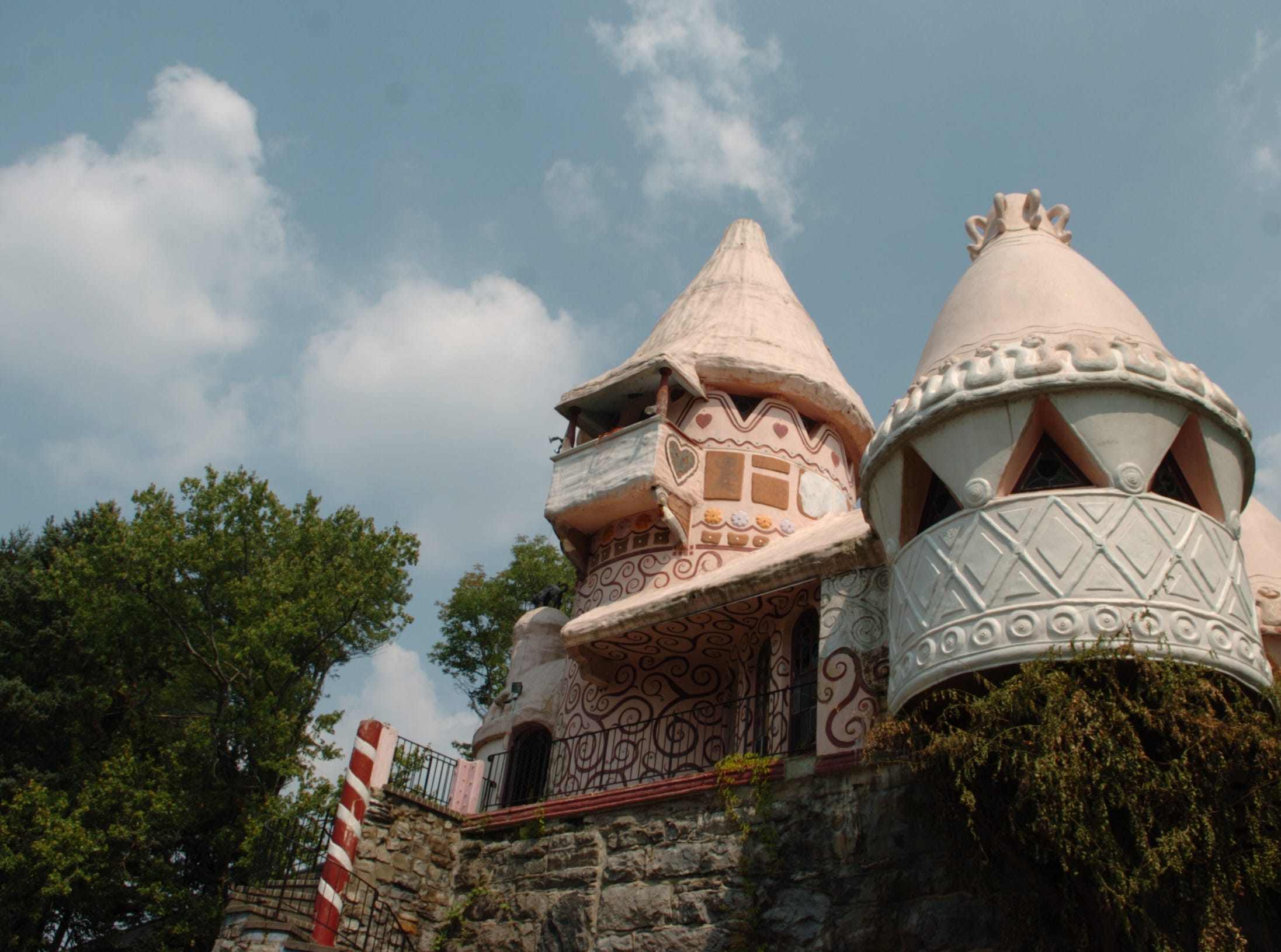 2007: The historic Gingerbread Castle in Hamburg is in desperate need of renovation.