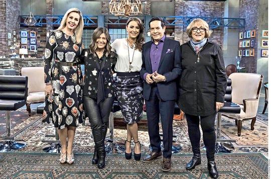 A través de su cuenta de Instagram, la conductora Atala Sarmiento (izq.) informó que se une a la televisora al publicar una imagen en los pasillos de esta empresa.