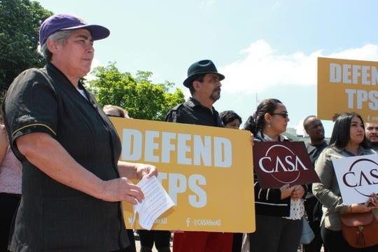 Santos Reyes (i), una trabajadora de limpieza en Estados Unidos desde 1994, protesta frente de la Casa Blanca.