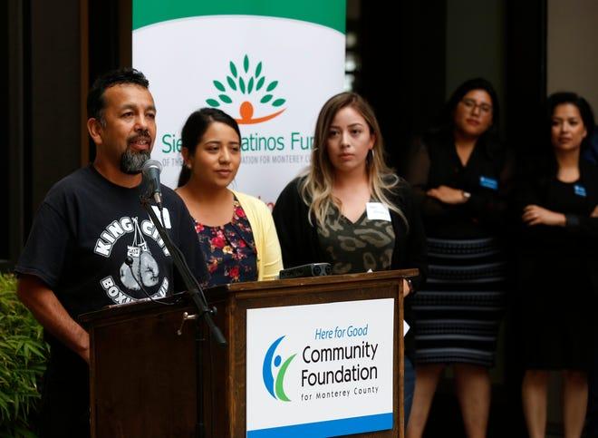Rodolfo Tapia, director del Club de Boxeo de King City, aparece acompañado de padres de los boxeadores juveniles participantes. El Club de Boxeo fue una de las siete organizaciones que recibieron subvenciones del Fondo Siembra Latinos.