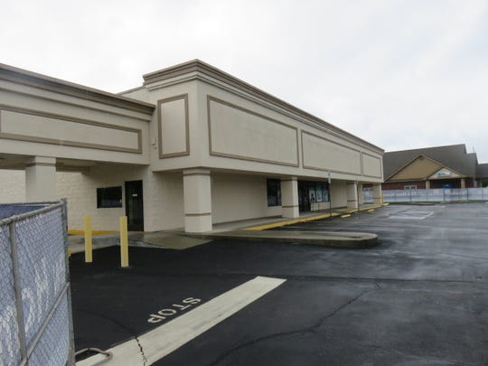 Former Pet Supermarket/CVS on Kingston Pike awaits demolition on Sept. 17, 2018