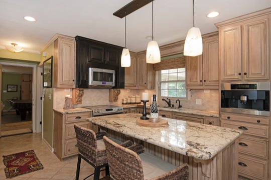 2625 Tambridge Circle, the spacious kitchen with an island.