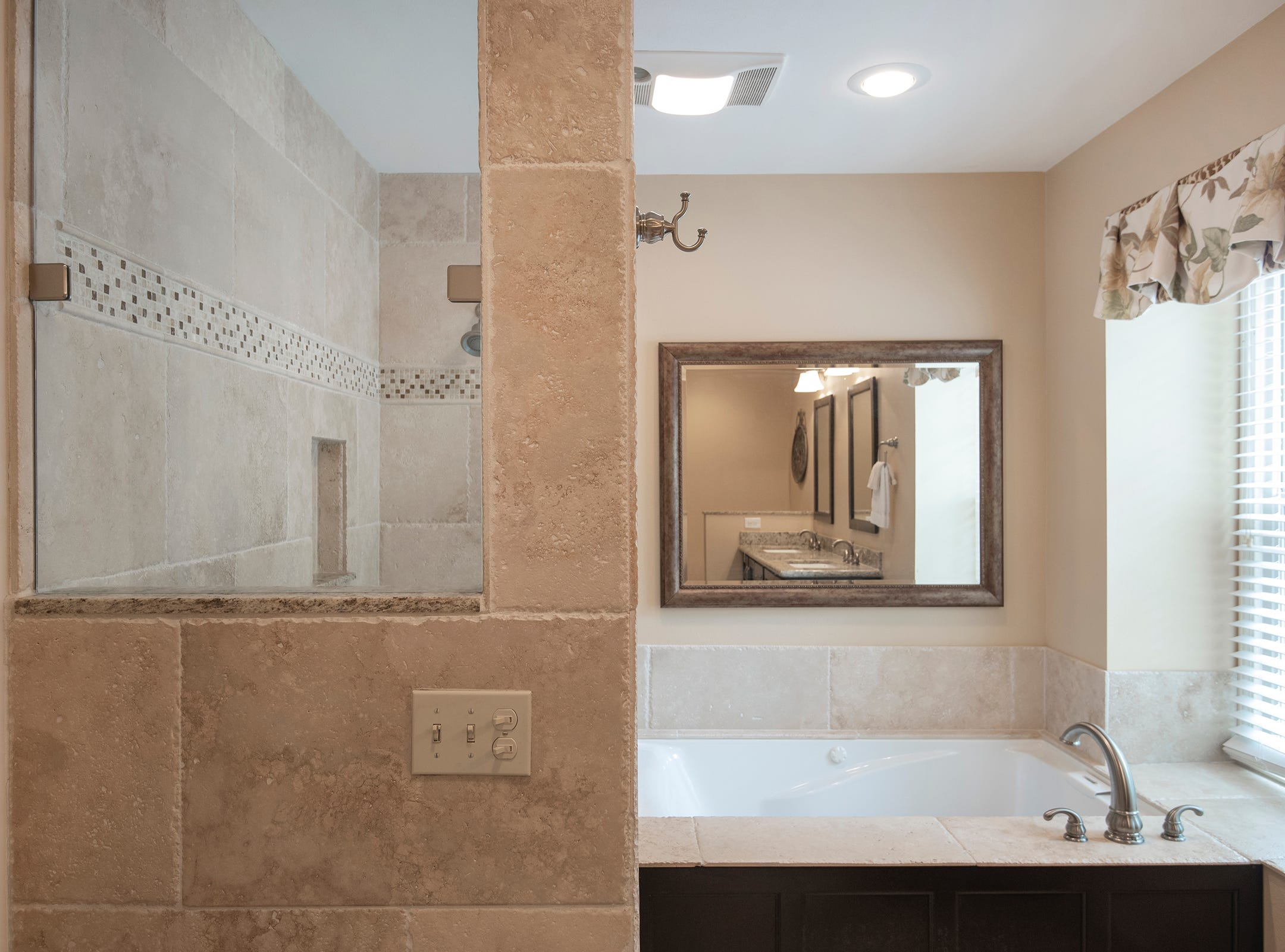 2625 Tambridge Circle, the master shower and deep soaking tub.