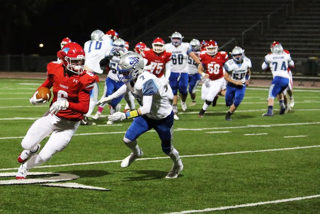 Zach Hanson runs after catching a pass against the Rapid City Stevens Raiders Friday night.