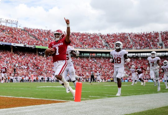 Oklahoma Sooners quarterback Kyler Murray runs for a touchdown during the second half against the Texas Longhorns at the Cotton Bowl.