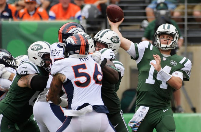 New York Jets quarterback Sam Darnold (14) throws a toucdown pass to Robby Anderson during the first half against the Denver Broncos Sunday.