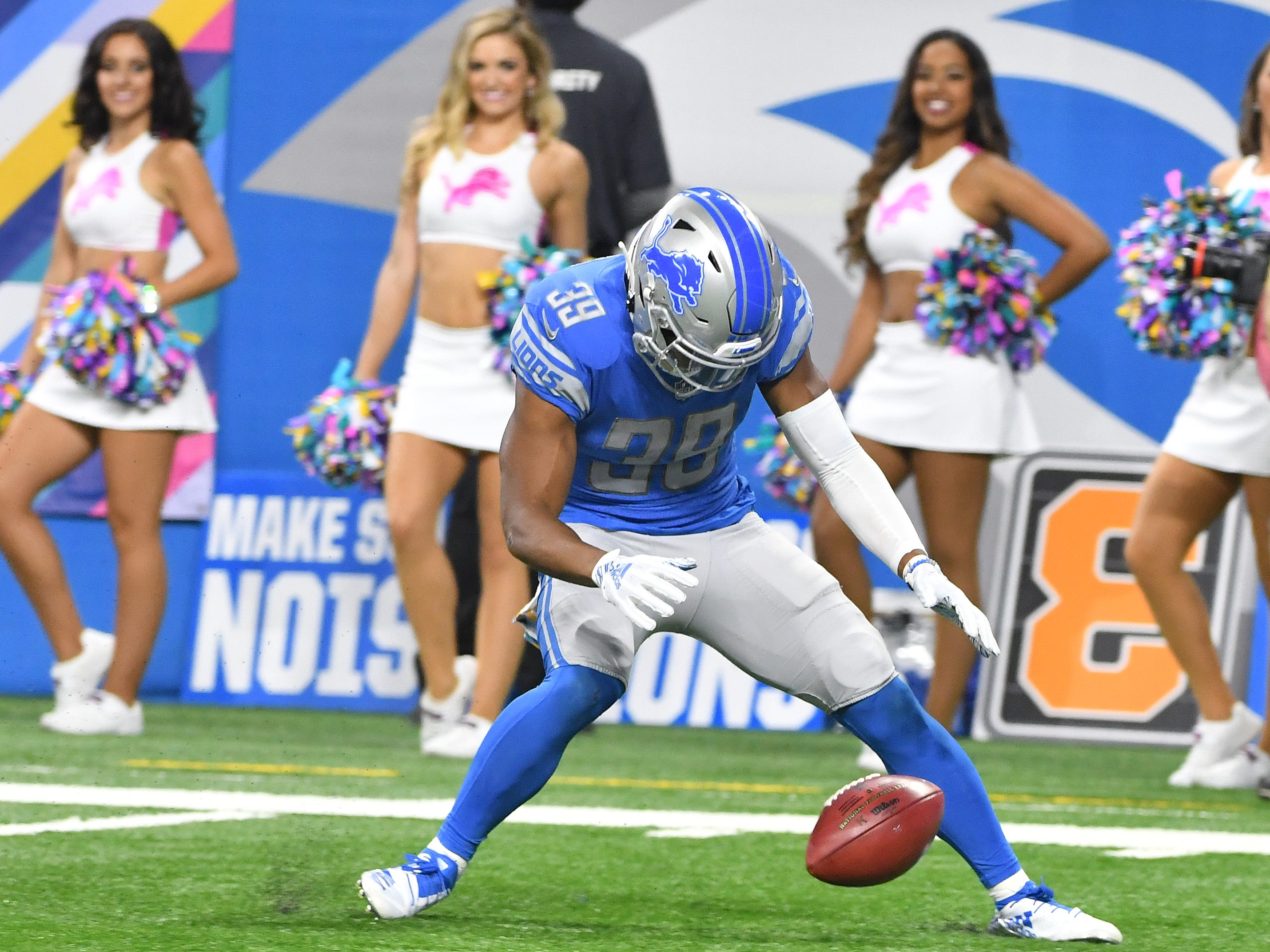 Lions' Jamal Agnew recovers a punt that hits a Green Bay player giving Detroit the ball within the 5 yard line in the first quarter.