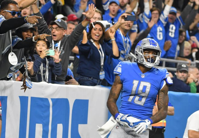 Fans celebrate as Lions wide receiver Kenny Golladay scores against the Packers.