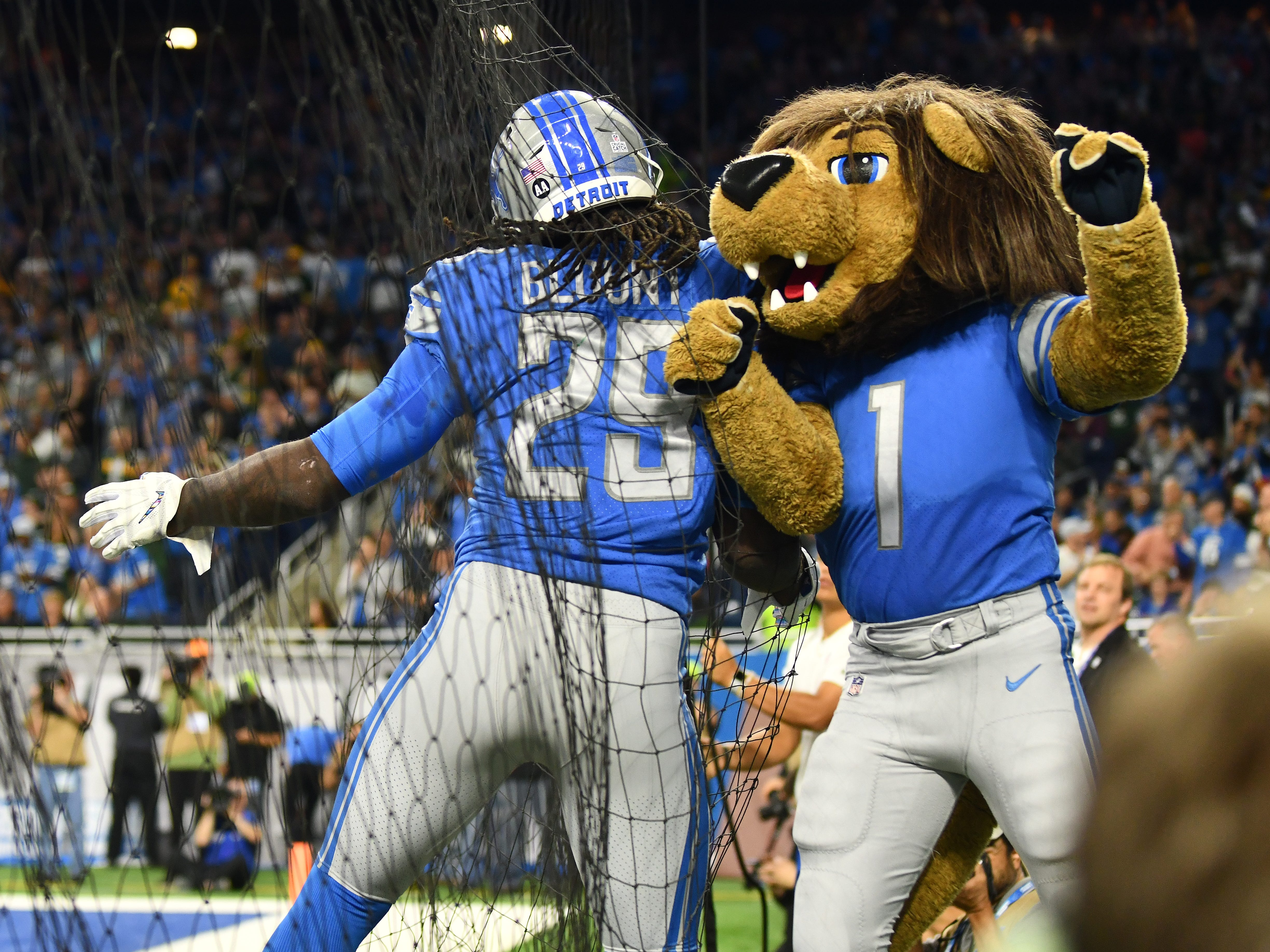 Lions' LeGarrette Blount celebrates with Roary after Blount touchdown in the first quarter.