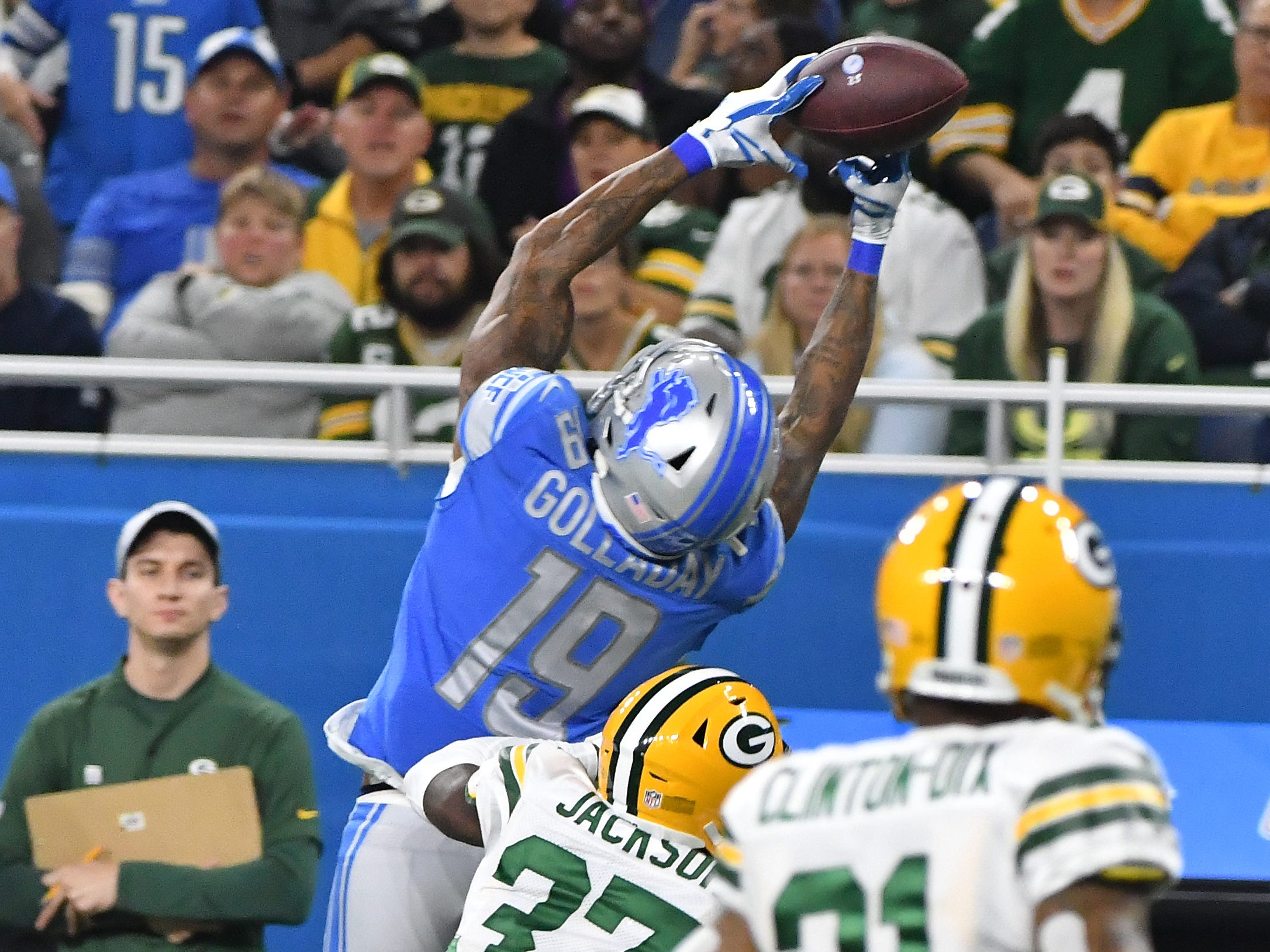 Lions' Kenny Golladay grabs a reception and dances down the sideline, knocking away defenders for a long first down in the first quarter.