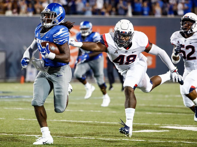 Memphis running back Darrell Henderson (left) runs past the UConn defender Kevon Jones (right) on his way to a touchdown during action in Memphis, Tenn., Saturday, October 6, 2018.