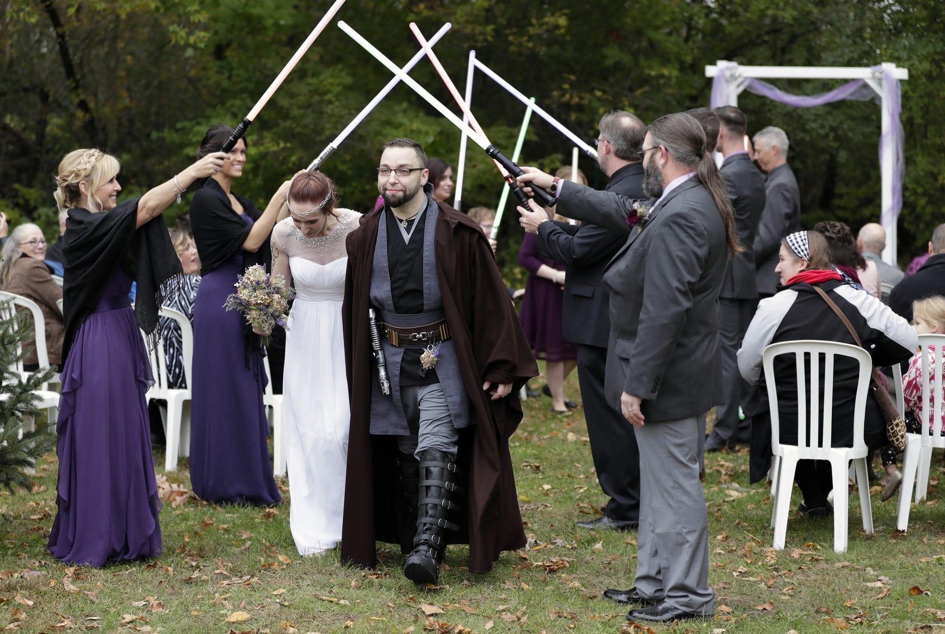 Star Wars Wedding.Shawano Couple Has Star Wars Wedding