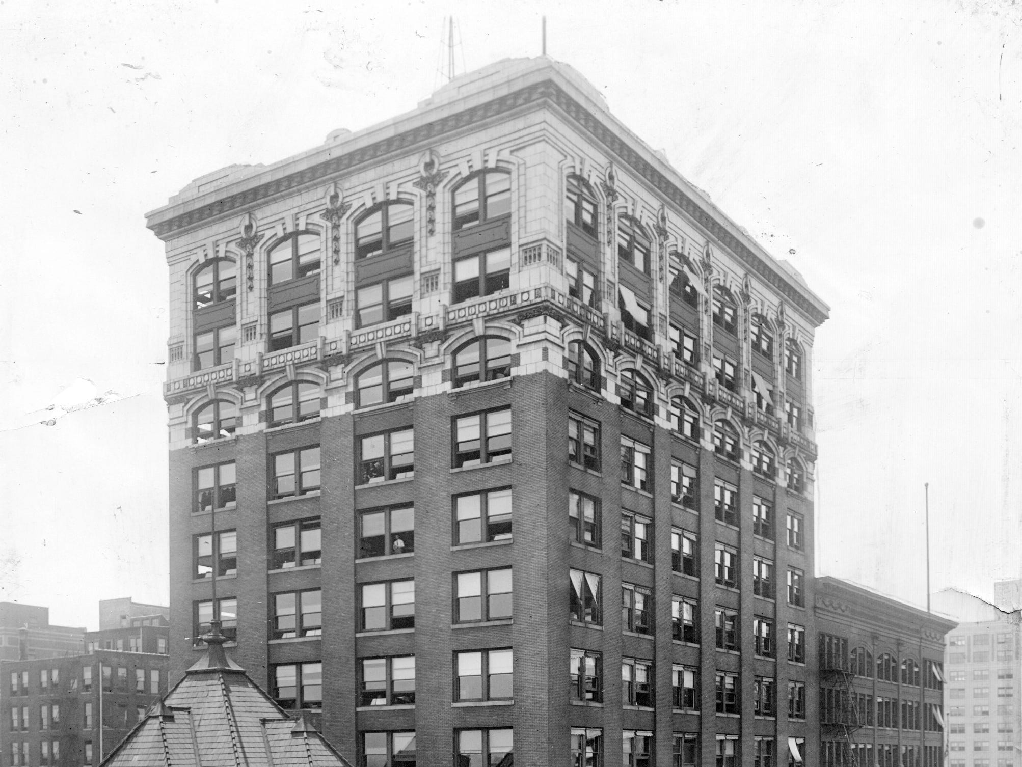 15-story Lemke Annex (later the Consolidated Building) with the marquee for Keith's Theater in 1922. The theater was located behind the building off alley known as Wabash St.