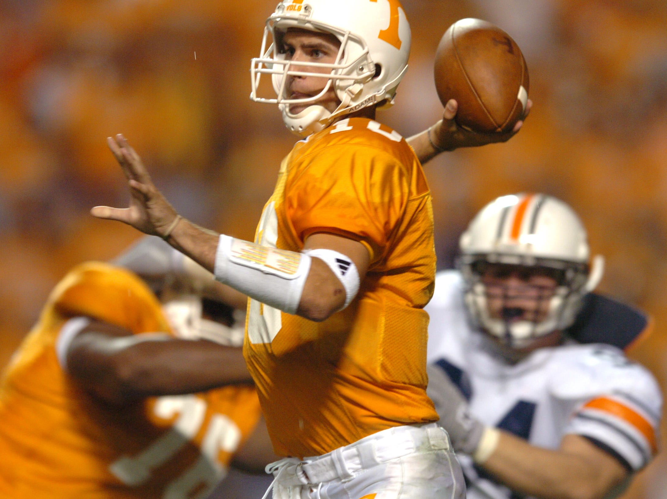 UT quarterback Erik Ainge looks for a receiver while playing against Auburn. 10/02/2004