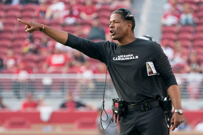 Arizona Cardinals head coach Steve Wilks instructs against the San Francisco 49ers during the fourth quarter at Levi's Stadium.