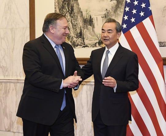 El ministro de Exteriores chino, Wang Yi (der), recibe al secretario de Estado de EE.UU., Mike Pompeo (izq), antes de la reunión mantenida en Pekín (China) el 8 de octubre de 2018.