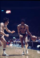 Connie Hawkins plays against the New York Knicks at Madison Square Garden on Feb. 16, 1971.