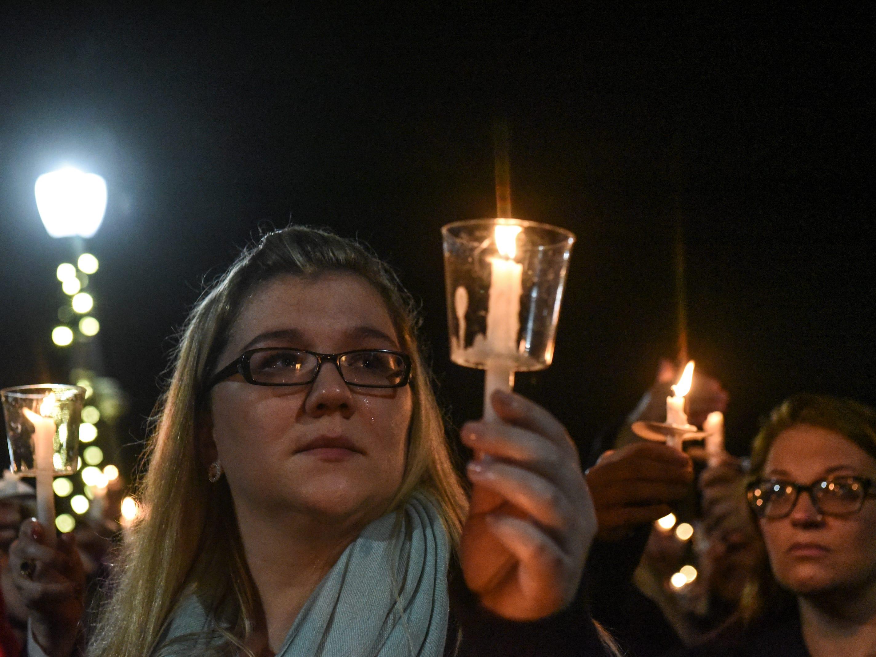Los afligidos asisten a una vigilia con velas para las víctimas del fatal accidente de limusina el 8 de octubre de 2018 en Amsterdam, Nueva York. 20 personas murieron en el accidente, incluido el conductor de la limusina, 17 pasajeros y dos peatones.