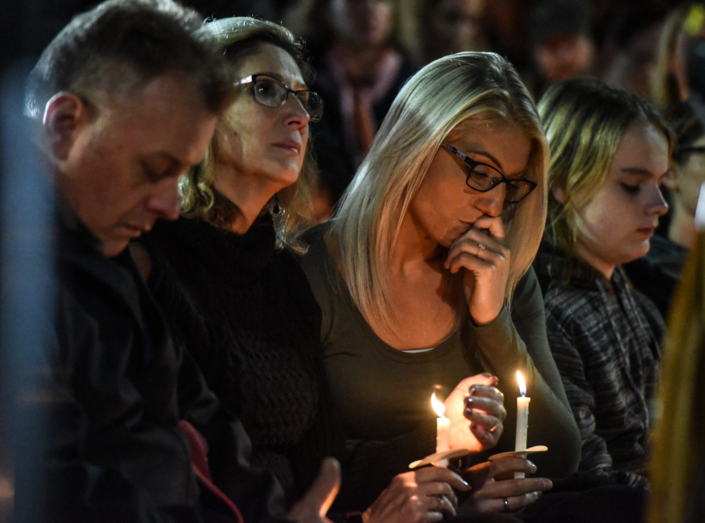 Miembros de la familia, que estaban sentados en la primera fila, lloran durante una vigilia con velas por las víctimas del fatal accidente de limusina el 8 de octubre de 2018 en Amsterdam, Nueva York. 20 personas murieron en el accidente, incluido el conductor de la limusina, 17 pasajeros y dos peatones.