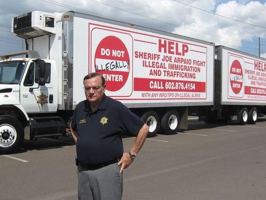 En 2007, el entonces alguacil del condado de Maricopa Joe Arpaio dio a conocer nuevos camiones para anunciar su línea directa contra la inmigración ilegal.