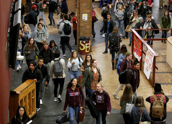 South Kitsap High School students crowd the commons area as the final school bell sounds on Wednesday, December 14, 2016.  Larry Steagall/ Kitsap Sun