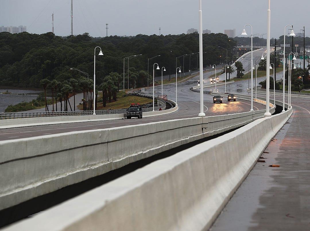 Unos pocos autos conducen a lo largo de un puente cuando las primeras señales del huracán Michael llegan el 10 de octubre de 2018 a la ciudad de Panamá, Florida. Se pronostica que el huracán azotará el Panhandle de Florida en una posible tormenta de categoría 4.