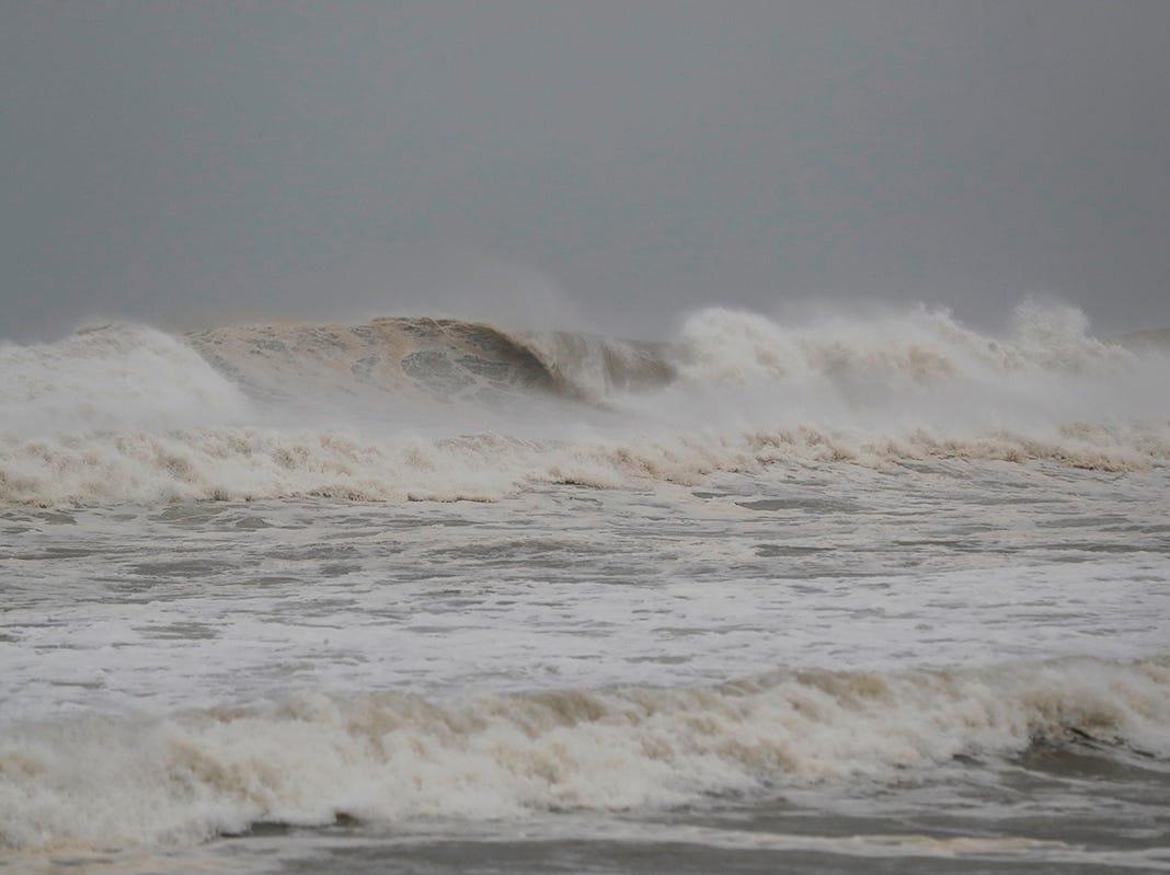 El oleaje comienza cuando se acerca el huracán Michael en Panama City Beach, Florida, el miércoles 10 de octubre de 2018.