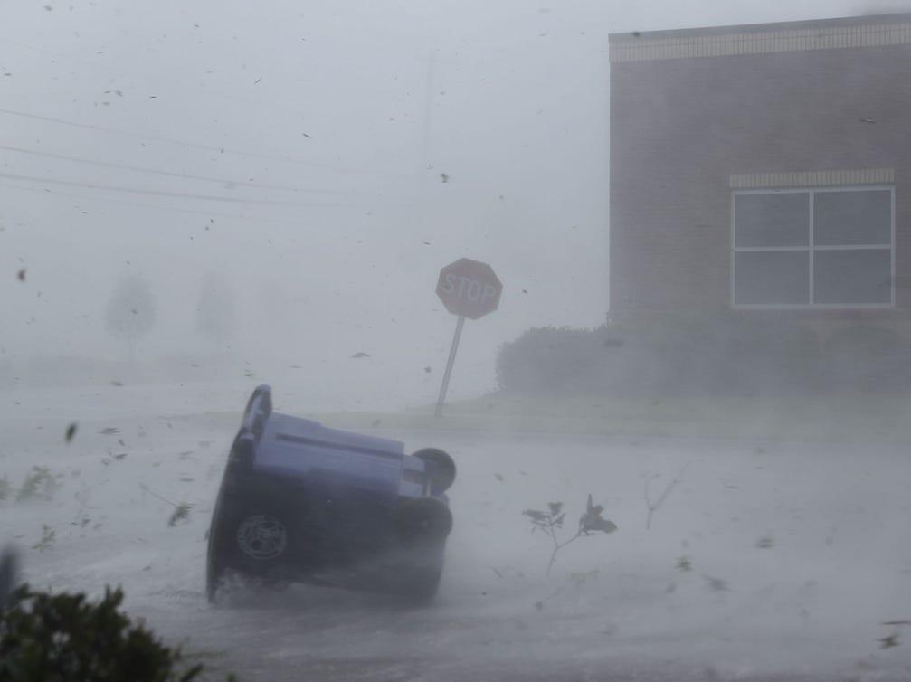 El huracán Michael arrojó un bote de basura y escombros por una calle el 10 de octubre de 2018 en la Ciudad de Panamá, Florida. El huracán tocó tierra en el Panhandle de Florida como una tormenta de categoría 4.