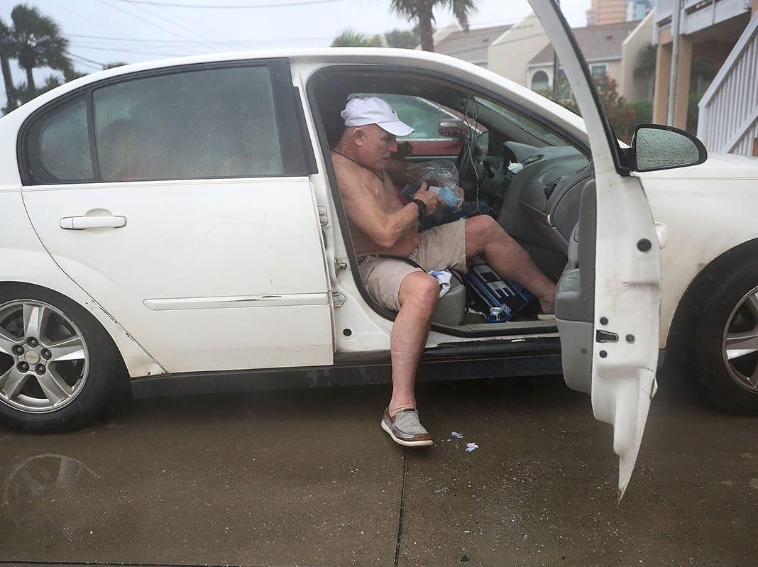 Ed Kelly se mete en el carro de un amigo mientras evacua su hogar en el último momento ante la llegada del huracán Michael el 10 de octubre de 2018 a Panamá City Beach, Florida. Se pronostica que el huracán azotará el Panhandle de Florida en una posible tormenta de categoría 4.