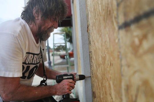 Al Smith coloca madera sobre la ventana mientras se prepara para la llegada del huracán Michael el 9 de octubre de 2018 en Port St. Joe, Florida. Se pronostica que el huracán azotará el Panhandle de Florida en una posible tormenta de categoría 4.