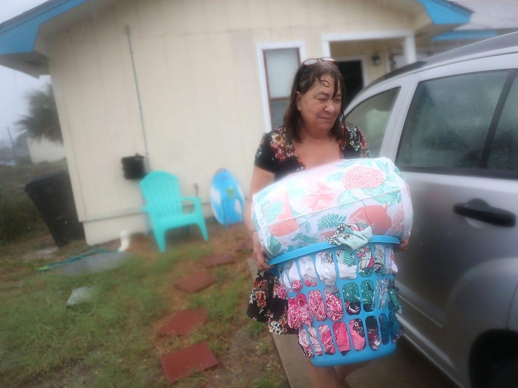 Kathy Eaton toma lo que puede de su hogar cuando trata de salir de la tormenta ante la llegada del huracán Michael el 10 de octubre de 2018 a Panama City Beach, Florida. Se pronostica que el huracán azotará el Panhandle de Florida en una posible tormenta de categoría 4.