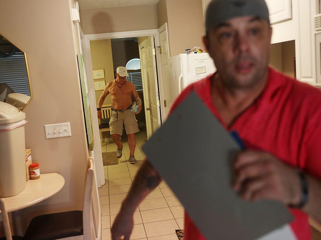 James Langston (der) ayuda a Ed Kelly a evacuar su hogar mientras intenta escapar de la tormenta ante la llegada del huracán Michael el 10 de octubre de 2018 a Panama City Beach, Florida. Se pronostica que el huracán azotará el Panhandle de Florida en una posible tormenta de categoría 4.
