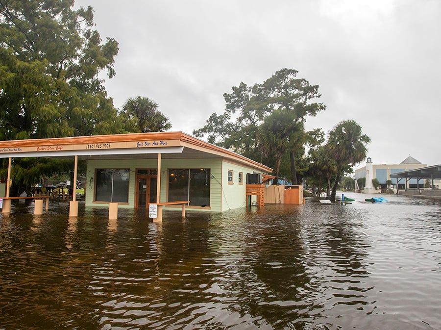 El Cooter Stew Cafe comienza a tomar agua en la ciudad de Saint Marks mientras el huracán Michael empuja la tormenta en los ríos Wakulla y Saint Marks que se unen aquí el 10 de octubre de 2018 en Saint Marks, Florida. Se pronostica que el huracán azotará el Panhandle de Florida en una posible tormenta de categoría 4.